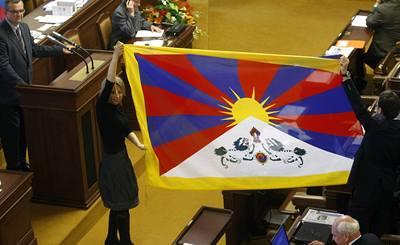 Ve sněmovně zavlála tibetská vlajka
